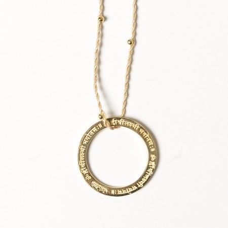 Mantra Amulette gold  Lakshmi mit beige/goldenem Band