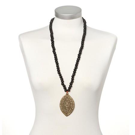 Holzperlenkette mit goldenem Amulett